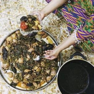 इराकी पकवान डोल्मा बनाती एक महिला