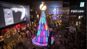 许多在北京的商场布置了圣诞装饰