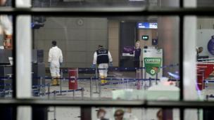 Policía en el interior del aeropuerto