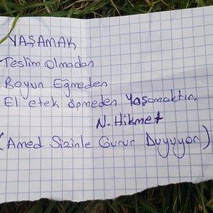 Kapıda bekleyen iki genç kızın ilettiği not