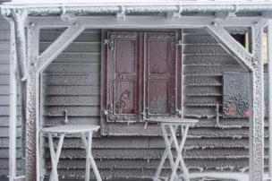 مبنى مغطى بالثلوج