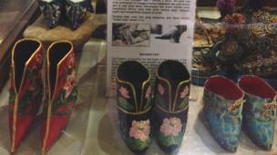 Koleksi sepatu tradisional perempuan Cina