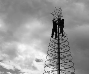 Trabajadores armando un árbol de Navidad en Perú