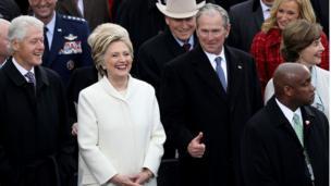 په مراسمو کې پخوانی ولسمشر بیل کلنټن (کيڼ لاس ته)، د ډیموکراټانو پخوانۍ نومانده هیلیري کلنټن، او مخکینی ولسمشر جورج ډبلیو بوش د ټرمپ د ولسمشرۍ مراسمو کې حاضر وو.