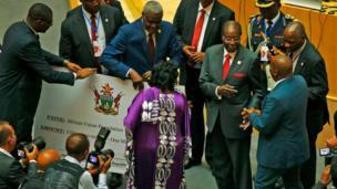 Le président du Zimbabwé, Robert Mugabe fait un don d'un million dollars à l'Union Africaine.