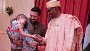 Shugaban Najeriya Muhammadu Buhari yayin da ya gana da wata karamar yarinya wadda aka ce mai kaunarsa ce, a fadarsa da ke Abuja ranar Litinin