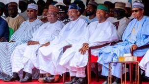 Shugaba Muhammadu Buhari tare da mataimakinsa Osinbajo da Yakubu Gowon yayin bikin 'yancin mulkin kai na shekara 59