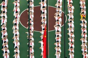 صورة جوية لأطفال يحيون العلم في أول يوم دراسي في إحدى المدن الصينية