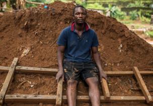 """""""Nous essayons de reconstruire la maison. Nous n'avons pas où aller malgré les risques nous allons rester ici"""", déclare M. Mansaray"""