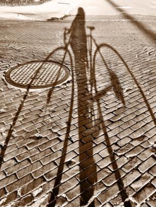 Sombra de una mujer con su bicicleta.