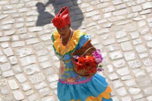 Mujer con flores en Cuba