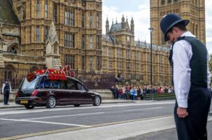 ضباط من شرطة العاصمة البريطانية يحنون رؤوسهم