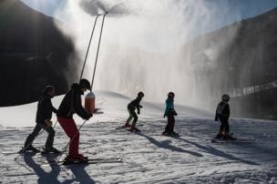 """متزلجون في منتجع """"سان سورلان دارف"""" الفرنسي."""