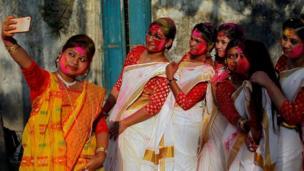 ہندو کیلینڈر کے مطابق ہولی پھالگن پورنما (مارچ یا کبھی کبھی فروری) کے مہینے میں منائی جاتی ہے۔