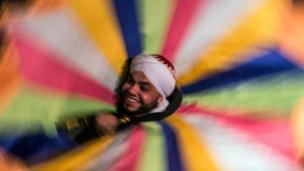 التنورہ سے مراد وہ رنگ برنگا لباس ہے جو فنکار رقص کے دوران پہنتے ہیں جبکہ رقاص کے لیے بھی یہ لفط استعمال ہوتا ہے۔
