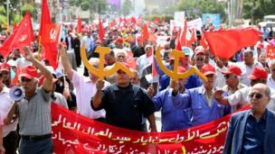 نزل أعضاء الحزب الشيوعي العراقي إلى شوارع العاصمة بغداد وهم يحملون رمز المطرقة والمنجل.