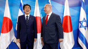 Perdana Menteri Jepang Shinzo Abe bertemu dengan Perdana Menteri Israel Benjamin Netanyahu di Yerusalem. Mereka sepakat untuk erat bekerja sama di bidang pertahanan, keamanan dunia maya dan ekonomi. Selama tur lima hari di Timur Tengah, Abe juga mengunjungi Uni Emirat Arab dan Yordania.