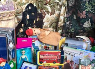 Un mono de juguete en una tienda de antigüedades.
