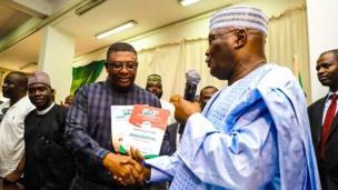 Tsohon Mataimakin Shugaban Najeriya Atiku Abubakar lokacin da ya je mayar da fom din neman takararsa a babban zaben 2019 a sakatariyar jam'iyyar PDP da ke Abuja ranar Alhamis.