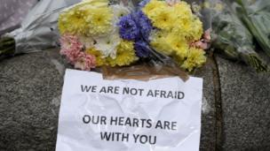 """Au lendemain des attaques près du parlement, les sessions reprennent et la première ministre déclare : """" Nous n'avons pas peur""""."""