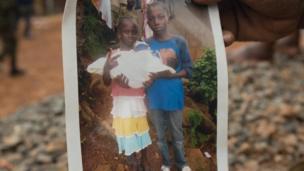 صورة لطفلين من أطفال ياتا الذين فارقوا الحياة يحملان حفيدها