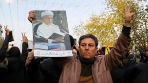 رجل يحمل صورة رفسنجاني
