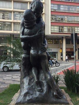 Estátua O Beijo Eterno, no Largo São Francisco, centro de São Paulo