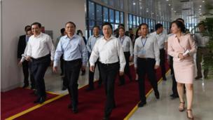 Phó Thủ tướng Phạm Bình Minh cùng lãnh đạo Thành phố Đà Nẵng và các chuyên viên Bộ Ngoại giao thăm trung tâm.