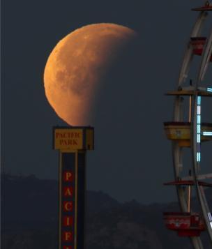 القمر الأزرق الدموي العملاق