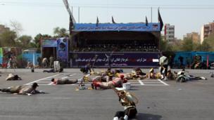 حاول المهاجمون استهداف المسؤولين العسكريين الجالسين في منصة الاستعراض