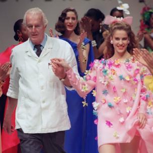 ジバンシィ氏は1988年にブランドをモエ・ヘネシー・ルイ・ヴィトンに売却したものの、1995年までは主任デザイナーを務めた。彼の後任にはジョン・ガリアーノ、アレクサンダー・マックイーン、リカルド・ティッシなどが名を連ねる。写真は1991年春夏コレクションでのジバンシィ氏