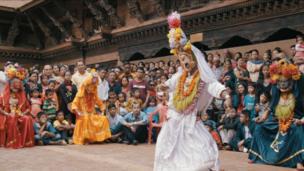 جمعیت نپال عمدتا هندو است، اما شمار قابل توجهی هم بودایی هستند. پیروان این دو دین که قرن هاست در کنار هم زندگی می کنند، نه تنها از معابد و حتی کاهنان یکدیگر استفاده می کنند، بلکه هر دو، کوماری را زیارت می کنند.