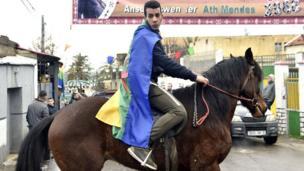 رجل يمتطي حصانا