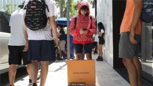 时尚老牌路易威登(Louis Vuitton)与滑板品牌Supreme跨界联名版时装,将尊贵奢华与街头潮流集于一身。