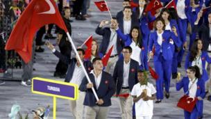Geçit töreninde Türkiye'nin bayrağını Rıza Kayaalp taşıdı.
