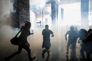 Manifestantes salen del edificio de la Asamblea Nacional