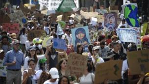 Multitud marcha en Ciudad de México.