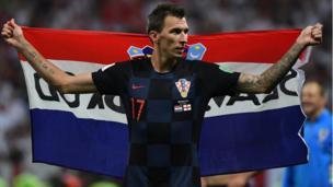 ماندزوكيتش يحمل علم بلاده ويجول في ملعب لوزينكي في موسكو احتفالا بتأهل فريقه للمباراة النهائية