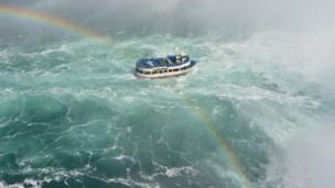 قارب سياحي يبحر نحو شلالات نياغرا