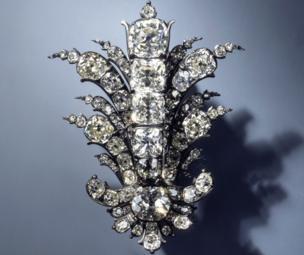 Un broche con diamantes.