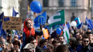 "A child holds a balloon with the European logo during the ""March for Europe"" rally in Berlin, Germany, 25 March 201"