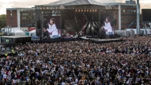 جمهور غنائي كبير تقاطر على الحفل الخيري الذي نظمته أريانا غراندي يوم 4 يونيو/حزيران لصالح أقارب ضحايا هجوم مانشستر.
