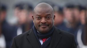 Au Burundi, le président Pierre Nkurunziza promet de ne pas se représenter en 2020, un mois après le vote d'un référendum sur le projet de réformes constitutionnelles. Elles prennent en compte le passage des mandats présidentiels de 5 à 7 ans. Beaucoup avaient cru que cela était un moyen pour le président Nkurunziza de chercher à rester au pouvoir jusqu'en 2034.