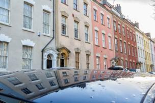 Casas reflejadas en los techos de un coche, Bristol.