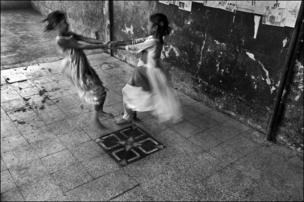 ভোপালের ওড়িয়া পাড়ার প্রাথমিক বিদ্যালয়ের আঙিনায় খেলছে শিশুরা।