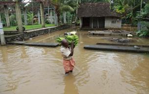 લોકોનાં ઘરોમાં પાણી ઘૂસી ગયાનું દૃશ્ય