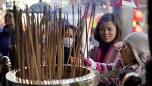日本横滨的华人新年到庙里举香祈福