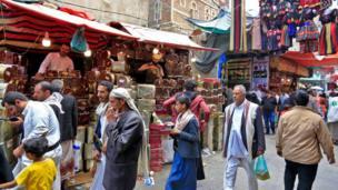 يمنيون يتسوقون في أحد الأسواق في المدينة القديمة من العاصمة صنعاء