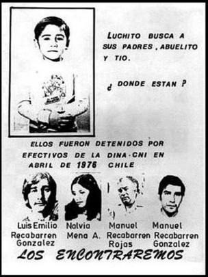 """Panfleto com foto de Luis diz: """"Luchito procura seus pais, seu avô e seu tio. Onde estão? Eles foram detidos em abril de 1976 no Chile. A imagem também traz fotos e os nomes ddos desaparecidos junto à frase """"os encontraremos"""""""