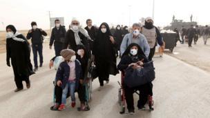 زوار إيرانيون يعبرون الحدود العراقية في مهران متوجهين إلى كربلاء